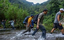 Bức ảnh Phó Thủ tướng Vũ Đức Đam lội suối đến hang Sơn Đoòng gây sốt mạng