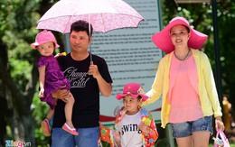Các gia đình mệt mỏi với nắng nóng 38 độ C