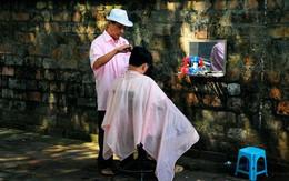 Ông bác sĩ trong quán cắt tóc