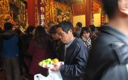 Hàng nghìn người dân chen nhau về phủ Tây Hồ lễ tạ