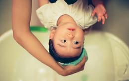 Bí quyết xua tan nỗi sợ hãi của bé khi gội đầu