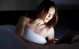 Lướt smartphone trước khi ngủ dễ khiến bạn mất ngủ