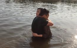 """Ngâm 5 tiếng dưới sông để """"hôn"""", Lã Thanh Huyền ngất trên tay Quốc Thái"""