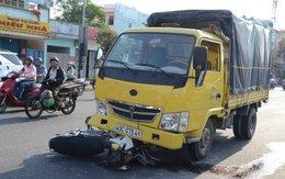 Hai cha con bị xe tải tông vào, may mắn thoát chết