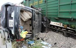 Cố tình băng qua đường tàu, ô tô Lexus bị cán nát bét