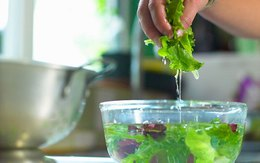 Ngâm rau quả bằng nước muối để khử hóa chất đúng hay sai?