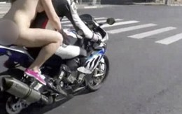 Kiều nữ khỏa thân ngồi sau xe máy phân khối lớn giữa ban ngày