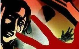 Chồng bất lực nhìn vợ bị hàng xóm bắt cóc và cưỡng hiếp