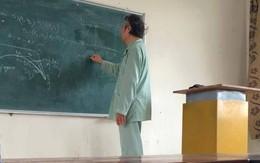 Giảng viên ĐH Bách Khoa mặc áo bệnh nhân vẫn giảng bài cho sinh viên