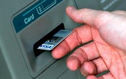 Nữ sinh dò mật mã thẻ ATM của bạn