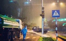 Thực hư công nhân tưới cây dưới trời mưa tầm tã