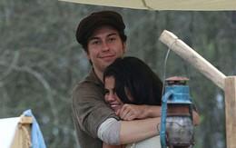 Selena không ngừng ôm ấp bạn diễn