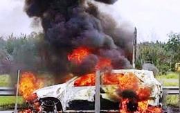 Bốn người trong ô tô đạp cửa thoát thân khi xe đang bốc cháy