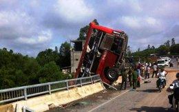 Xe khách mất lái lao xuống cầu, 11 người thương vong