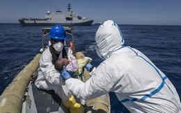 Kỳ diệu bé gái chào đời trên chiếc thuyền đông nghẹt người di cư
