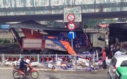 Hàng trăm thùng bia tung tóe ra đường khi xe tải gặp nạn