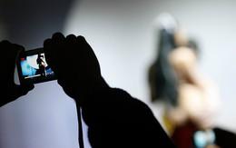 Nữ công chức Bỉ chụp ảnh khỏa thân trong văn phòng