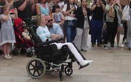 Màn flashmob cảm động của người chồng dành tặng cho người vợ tật nguyền