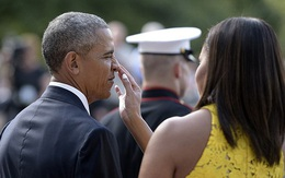 Bà Obama tình cảm lau vết nhọ trên mặt chồng
