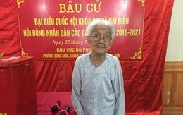 Xúc động hình ảnh cụ bà 101 tuổi minh mẫn đi bầu cử