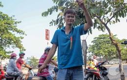 Lạ đời: Người Sài Gòn ngồi vỉa hè, cạy nắp cống để... câu, bắt được cả cá trê 20kg