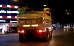 """Thừa Thiên - Huế: Người đi đường """"khốn khổ"""" vì xe tải chở đất nghênh ngang giữa phố"""