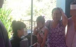 Bé gái 3 tuổi khóc thét bên thi thể mẹ