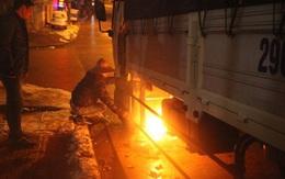 """Tài xế đốt lửa """"nướng"""" bình xăng, dầu vì rét buốt"""