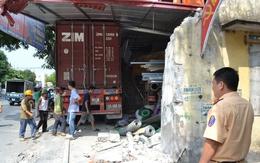Xe container cùng lúc đâm sập 4 nhà dân