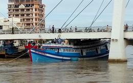 Giải cứu tàu bị mắc kẹt dưới cầu ở Phan Thiết