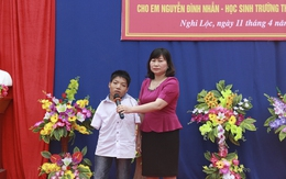 Học bổng 110 triệu đồng chắp cánh ước mơ cho cậu học trò không tay