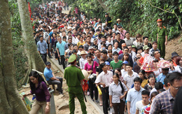 """Dòng người """"đông khủng khiếp"""" ở Đền Hùng dù chưa đến chính hội"""