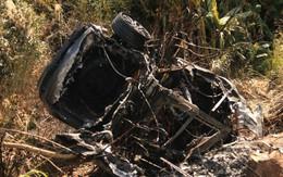 Ô tô mất lái, lao lên vỉa hè rồi cháy trơ khung