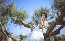 Kim Tuyến diện váy xẻ ngực dạo làng cổ Italy