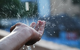 """Bệnh """"rình rập"""" nếu dùng nước mưa không đúng cách"""