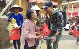 Phan Anh bỏ tiền túi ra mua hoa và quà tặng chị em vùng rốn lũ