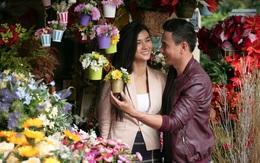 """Kim Tuyến đẹp thanh lịch, cười rạng rỡ dạo phố với """"người yêu"""""""