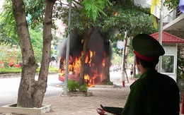 Hà Nội: Xe buýt bốc cháy dữ dội khi đang di chuyển