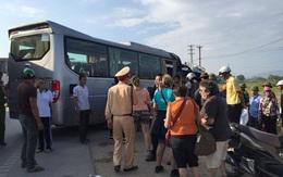 Quảng Ninh: Khách nước ngoài hoảng loạn khi bị xe khách đâm trúng