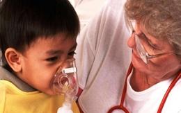 """Con bị điếc vì cha mẹ tự làm """"y tá"""" xông mũi họng"""