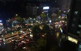 Nhiều tuyến phố ở Hà Nội tê liệt sau mưa giông