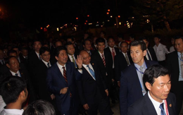 Thủ tướng Việt Nam đi tản bộ cùng Thủ tướng Nhật tại phố cổ Hội An
