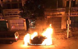 Phát hoảng xe ô tô bất ngờ bốc cháy  trong đêm