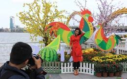 Thiếu nữ Đà Nẵng xúng xính bên đường hoa Xuân Bạch Đằng