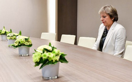 Ảnh Thủ tướng Anh ngồi một mình gây bão mạng xã hội