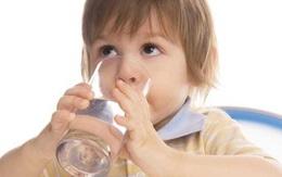 Nước tiểu của bé vàng như nước trà, bệnh gì?