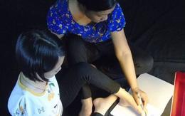 Nghị lực đáng nể của cô sinh viên làm mọi việc bằng... chân