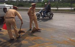 Hình ảnh đẹp CSGT Quảng Ninh giúp người dân đi đường khỏi bị trượt ngã