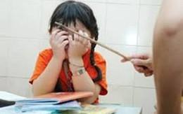 Cô giáo dùng thước đánh nhiều học sinh bị đình chỉ dạy học 1 năm