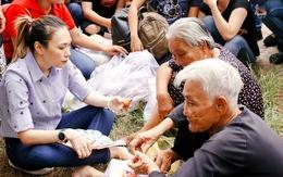 Mỹ Tâm ngồi bệt dưới đất ăn vặt, nói chuyện với các cụ nghèo neo đơn